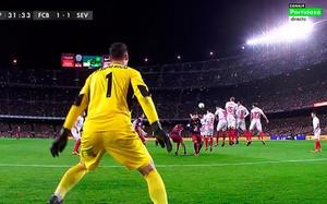 Messi batió a Sergio Rico de falta
