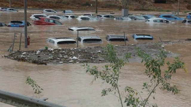 La riada derriba muros y arrastra coches en Alhaurín El Grande (Málaga)