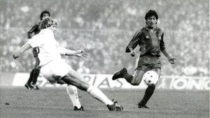 Romerito enfrentándose a Schuster el día de su debut en el Barça - Madrid de 1989