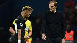 Thomas Tuchel mira con gesto serio a un cabizbajo Neymar