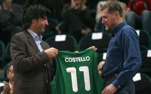 Villacampa entrega una camiseta de la Penya a Costello en 2007 en el Palau Olímpic de Badalona