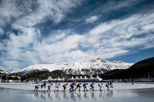 Vista de la competición de la salida de la carrera de 4000m de patinaje de velocidad en el St. Moritz Speed Skating Oval en St. Moritz, en Lausanne, durante los Winter Youth Olympic Games Lausanne 2020.