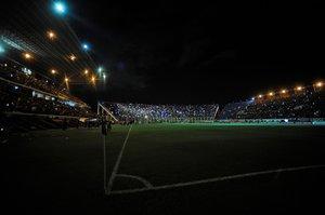 Vista durante un apagón en el partido de la Copa Libertadores entre el Junior y el San Lorenzo en el estadio Pedro Bidegain en Buenos Aires