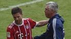 Xabi Alonso se abraza con su entrenador, Carlo Ancelotti, tras ser sustituido