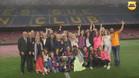 Xavi, junto a su familia en el césped del Camp Nou