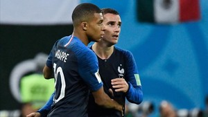 xortunofrance s forward kylian mbappe l hugs france s f180712115000