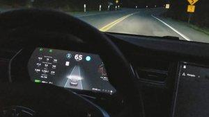 Detenido un conductor borracho y dormido mientras teía el Tesla en modo Autopilot.