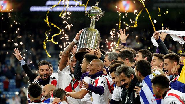 Así levantó River el trofeo de campeón de la final más larga