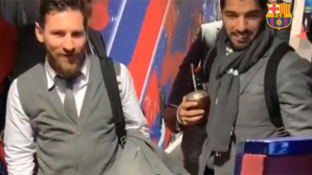 Así saludaron los jugadores del FC Barcelona al robot Pol antes del partido ante el Lyon