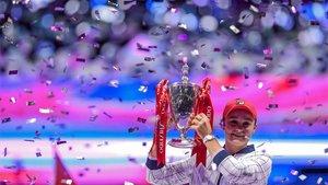 Barty posando con el trofeo de campeona en Shenzhen