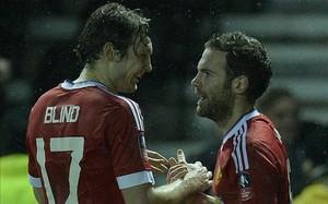 Blind y Mata, tras un partido con el Manchester United