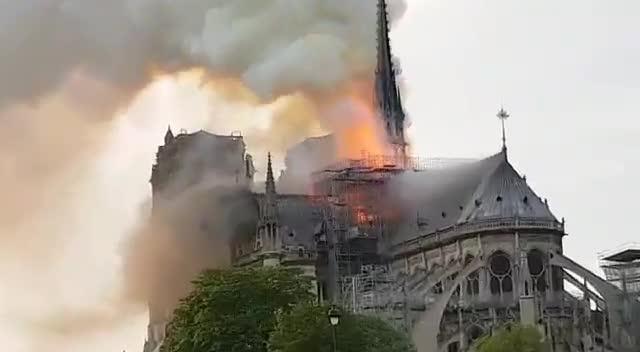 Se declara un espectacular incendio en la catedral de Notre Dame de París