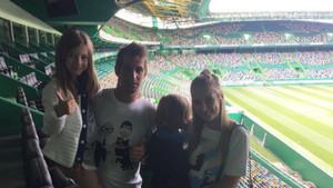 Fabio Coentrao con su familia en el estadio José Alvalade del Sporting de Portugal