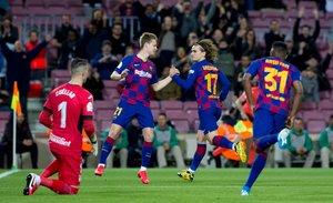Frenkie de Jong y Antoine Griezmann celebran tras marcar un gol en el partido de octavos de final de la Copa del Rey entre el FC Barcelona y el Leganés disputado en el Camp Nou.