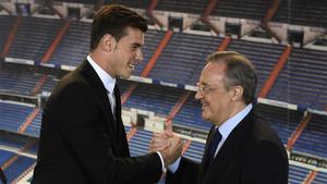 Gareth Bale y Florentino Pérez en la presentación del galés como futbolista del Real Madrid el 2 de septiembre de 2013
