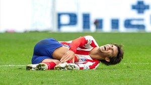 Joao Félix abandonó el campo con claros gestos de dolor