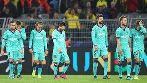 Los jugadores del FC Barcelona, al final del partido de la Champions contra el Borussia Dortmund