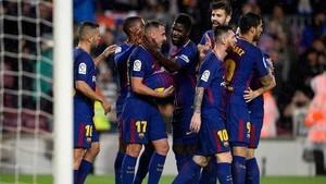 Los jugadores felicitan a Alcácer tras su gol