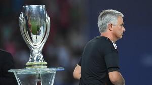 Mourinho pasa al lado de la Supercopa de Europa tras recibir la medalla de subcampeón