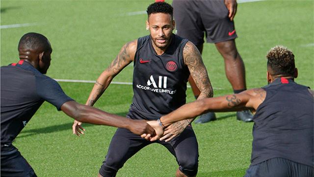 Neymar entrena con el resto del equipo en París
