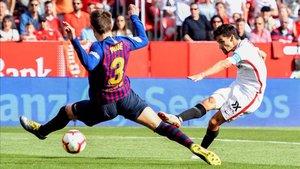 Piqué ante Navas, en una acción del Sevilla - Barça