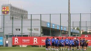 La plantilla y el cuerpo técnico del FC Barcelona en el entrenamiento de este lunes en la Ciudad Deportiva Joan Gamper