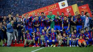 La plantilla del FC Barcelona celebra la conquista de la Copa del Rey 2017 frente al Alavés