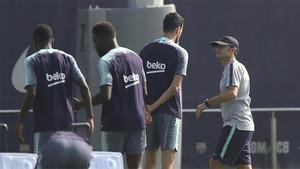 Valverde charla con Luis Suárez antes del entrenamiento