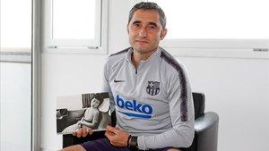 Valverde, en la Ciudad Deportiva, con el libro de Nobuyoshi