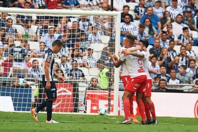 Doblete de Jesús Angulo la propina una sorpresiva derrota al Monterrey