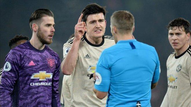 El Manchester United, acusado por protestar un gol ilegal contra el Liverpool