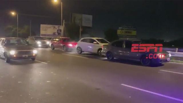 Accidente de tráfico por dejar circular más rápido al autobús de la selección argetina