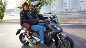 La alcaldesa de LHospitalet Nuria Marín y el primer teniente alcalde Francesc Belver realizaron el recorrido en una maxi scooter