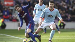 Andreu Fontàs disputa el balón con Leo Messi durante el Barça-Celta de la Liga 2017/18 en el Camp Nou