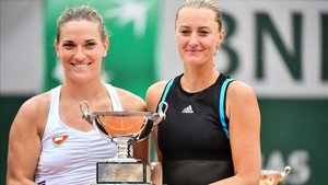 Babos y Mladenovic posan con el título de campeonas