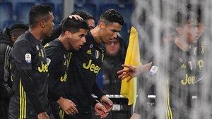 Cristiano felicitando a Cancelo, gran figura de la noche