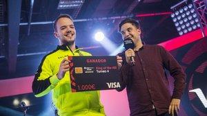 DanielAguilar4, con el cheque que le acredita como campeón