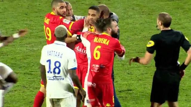 Dos jugadores del Auxerre se pegan en pleno partido