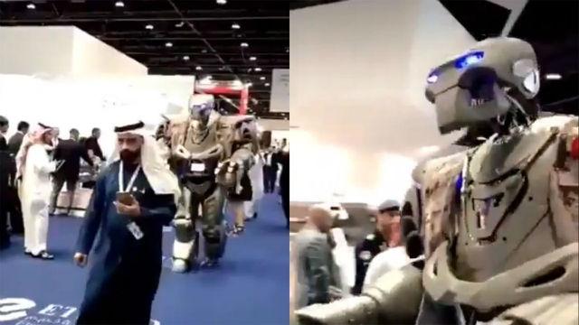 El emir de Bahrein y su robot guardaespaldas