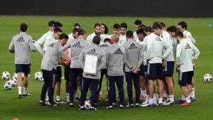 Jugadores y cuerpo técnico de la selección española, durante un entrenamiento en el estadio de La Cartuja en Sevilla