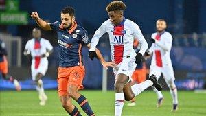 Keane pugna por un balón con un jugador del Montpellier
