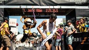 Kilian Jornet cruzando la línea de meta