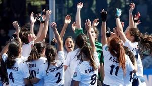 Las jugadoras del Club de Campo celebrando el tercer título de Copa consecutivo