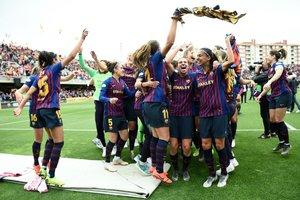 Las jugadores del Barcelona celebran su victoria al final de la semifinal de la UEFA Champions League Femenina, entre el Barcelona y el Bayern Munich en el Mini Estadi.