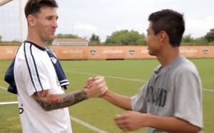 Leo Messi, saludando a los juveniles del Houston