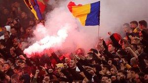 Los aficionados rumanos con bengalas en el partido
