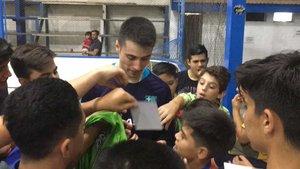 Matías Pascual, firmando autógrafos a los niños tras el entrenamiento