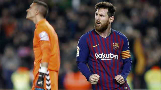 Messi aprovechó un penalti a Piqué para adelantar al Barça