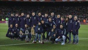 La plantilla y el staff técnico posa en el Camp Nou con sus trofeos