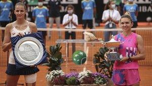 Pliskova y Halep posando con sus respectivos trofeos